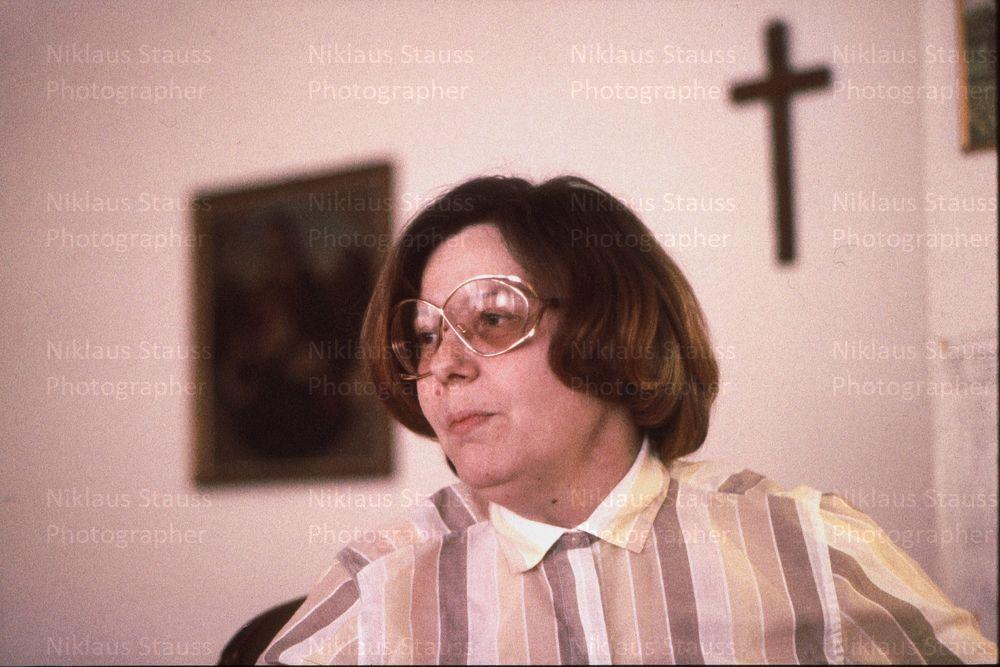 """In der Froschaugasse, während einer Lesung aus """"Winkender Mond wir kommen"""", 1982"""